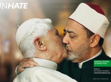 papa-bento-xvi-aparentemente-beijando-o-ima-do-cairo-na-boca-em-uma-fotomontagem-7535